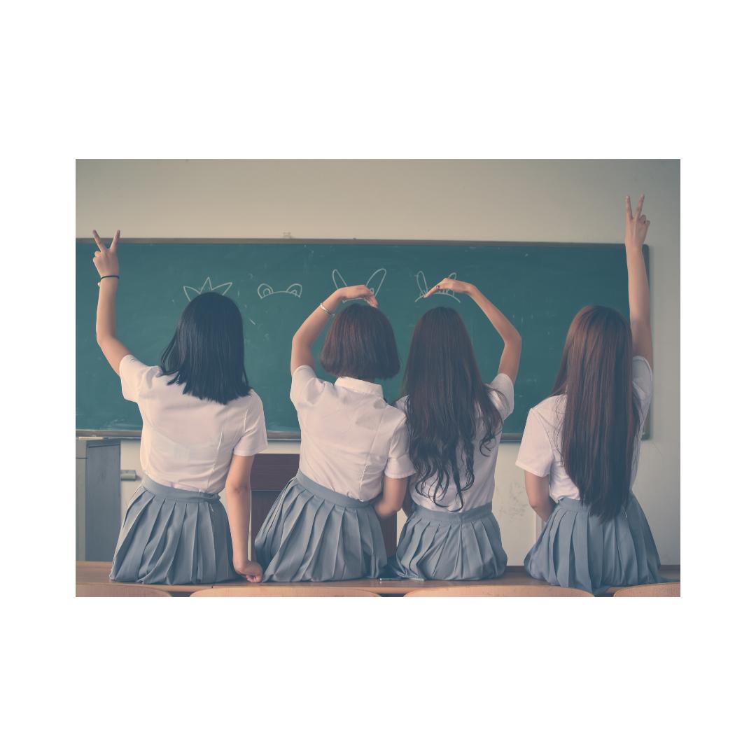 学校の制服を着た女子