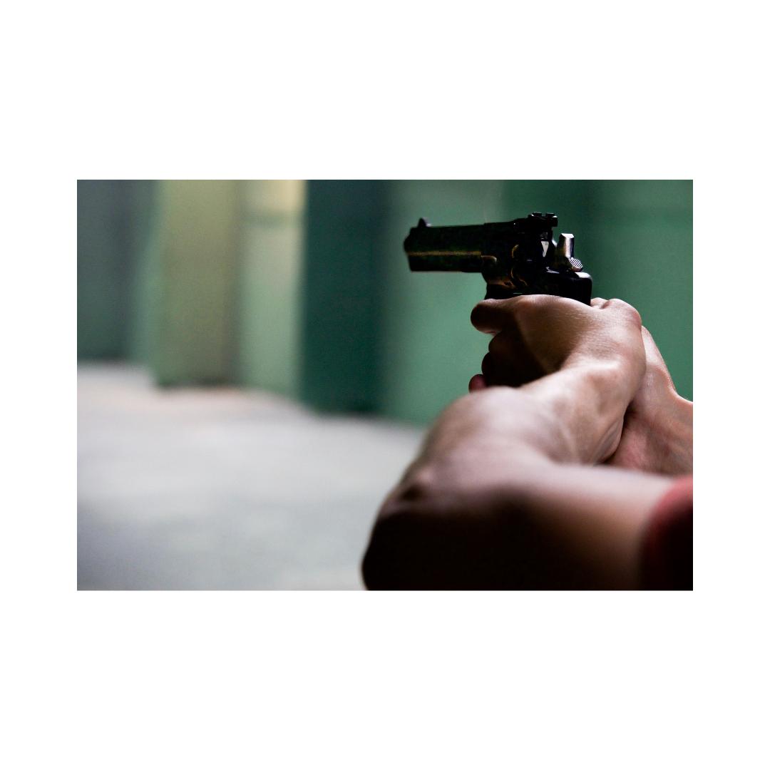 銃を構えている